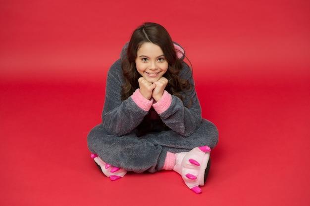 Estilo confortável garota linda em fantasia de coelho criança em coelho kigurumi garota feliz em pijama de coelho