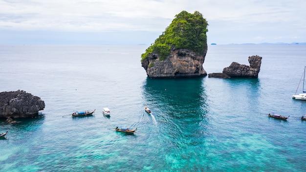 Estilo de aventura oi temporada tailandesa e estrangeira viagens viagem turistas cauda longa barco e condução ver coral