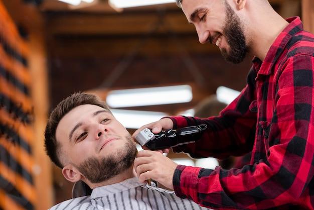 Estilo de barba e corte em uma barbearia