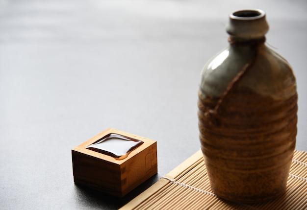 Estilo de bebida oriental de causa japonesa em cima da mesa