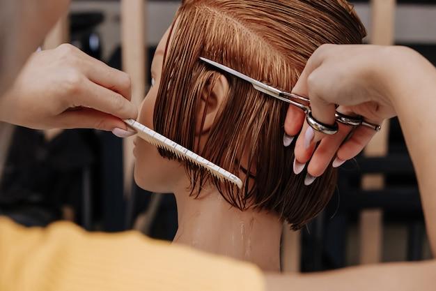 Estilo de cabelo de treinamento em um manequim