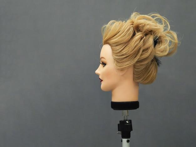 Estilo de cabelo de treinamento em um manequim.
