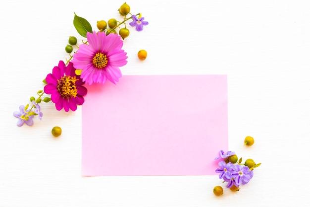 Estilo de cartão postal de arranjo de flores cosmos