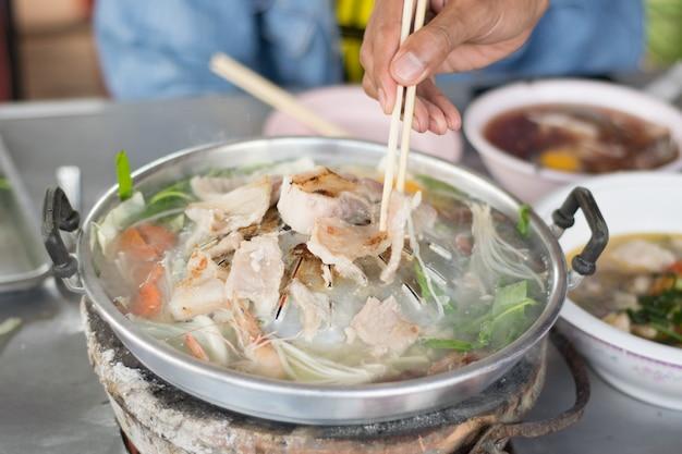 Estilo de churrasco tailandês (carne de porco pan). carne de porco em um prato quente