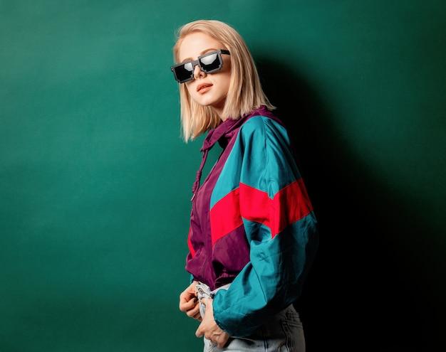 Estilo de mulher com roupas punk dos anos 90
