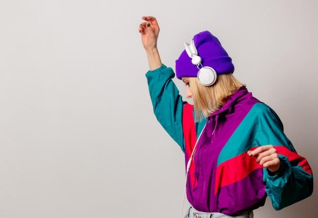 Estilo de mulher nos anos 90 roupas punk com fones de ouvido