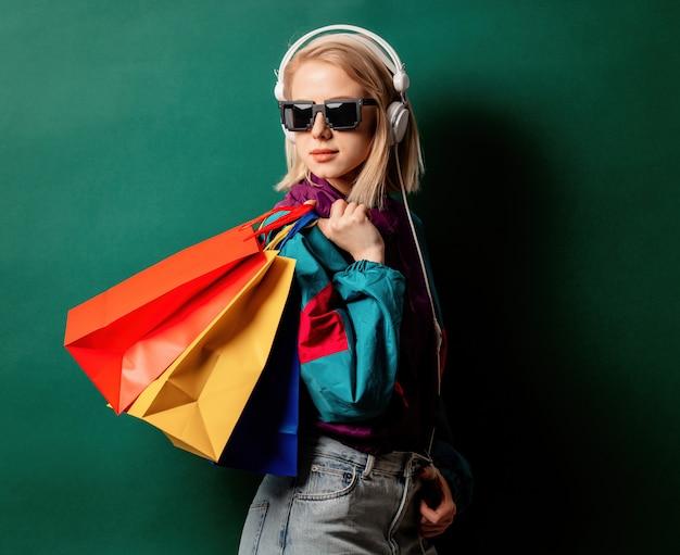 Estilo de mulher nos anos 90 roupas punk com sacolas de compras