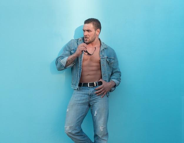 Estilo de rua jeanse de homem. corpo masculino nu. cara musculoso sexy. abs nudez