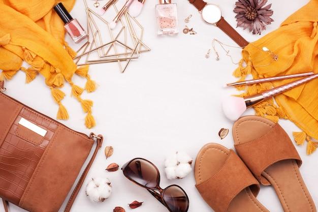 Estilo de verão. moda verão garota roupas conjunto, acessórios. óculos de sol da moda, chinelos, bolsa de embreagem, relógio, cachecol. estilo de verão senhora. vista superior do verão aéreo urbano criativo