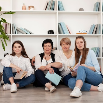 Estilo de vida comunitário de mulheres sentadas no chão