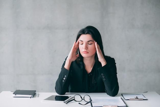 Estilo de vida corporativo estressante. retrato de mulher de negócios jovem cansada, sobrecarregada com tarefas e responsabilidades.