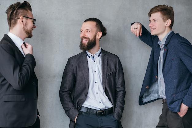 Estilo de vida corporativo. relação amigável. colegas do sexo masculino conversando durante o intervalo no trabalho.