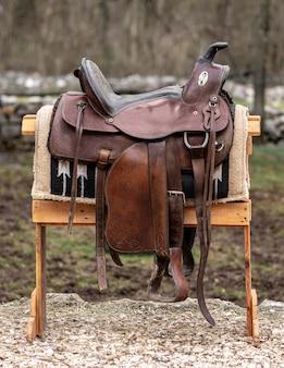 Estilo de vida country com selim de couro ao ar livre