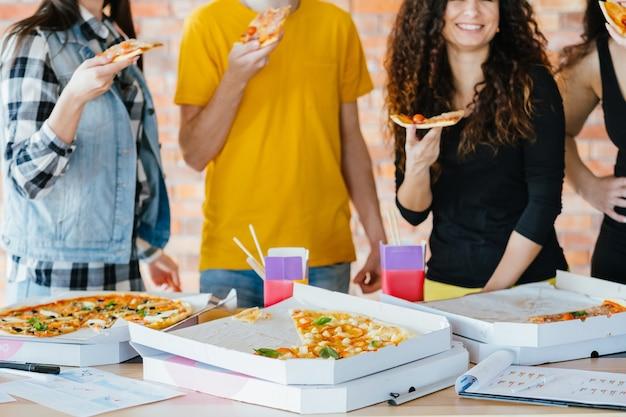 Estilo de vida da geração do milênio. pausa para o jantar de pizza. fãs de fast food.