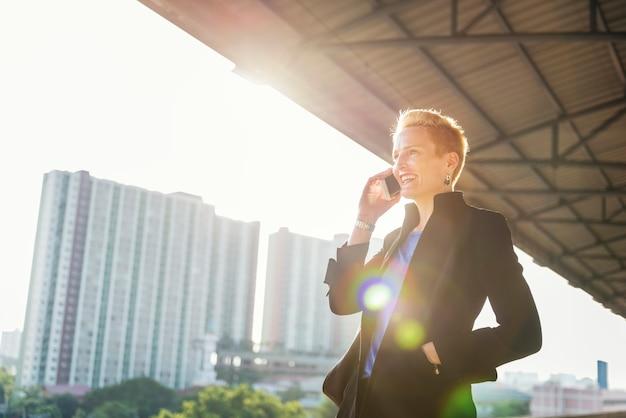 Estilo de vida da mulher de negócios usando o conceito da conexão do telefone celular