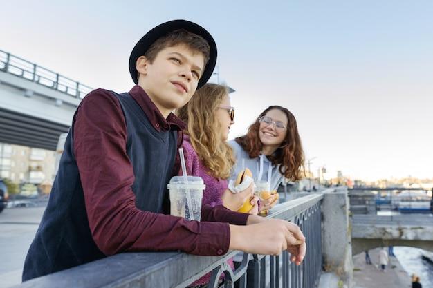 Estilo de vida de adolescentes, menino e duas meninas adolescentes