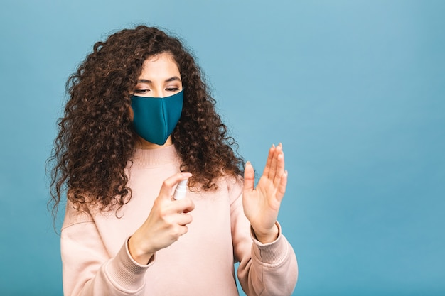 Estilo de vida de distanciamento social, conceito de vírus de prevenção de pandemia covid-19. mulher com máscara médica segurando desinfetante para as mãos, lavando as mãos durante o coronavírus.