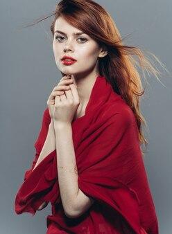 Estilo de vida de estúdio de luxo glamour vermelho véu de mulher atraente. foto de alta qualidade