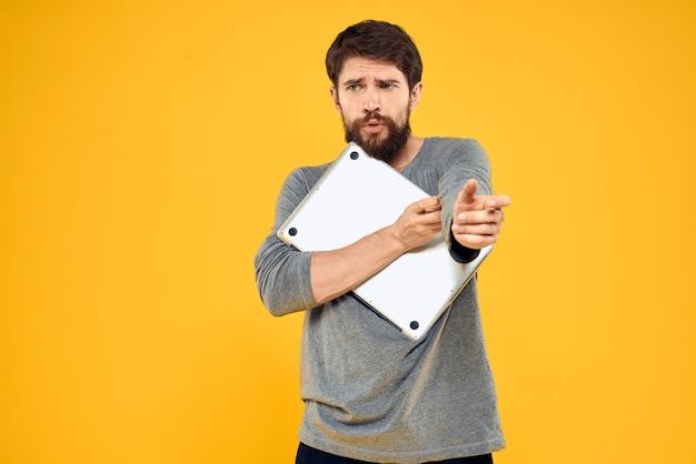 Estilo de vida de homem com laptop com tecnologia sem fio