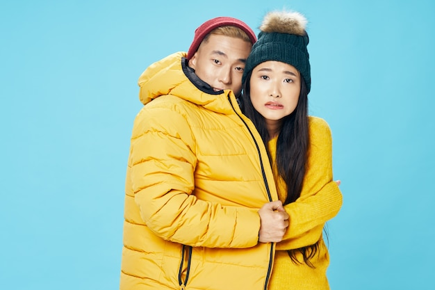 Estilo de vida de inverno congelado de homem e mulher abraçam o azul familiar