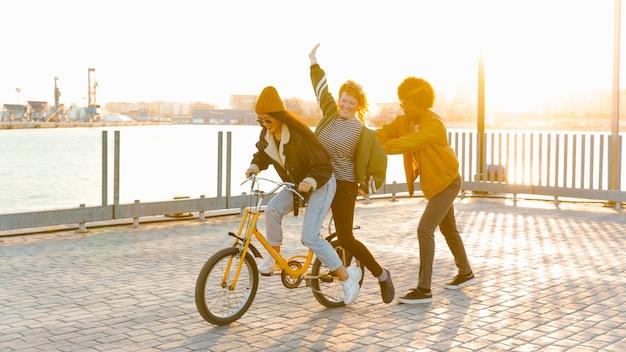 Estilo de vida de jovens amigos ao ar livre