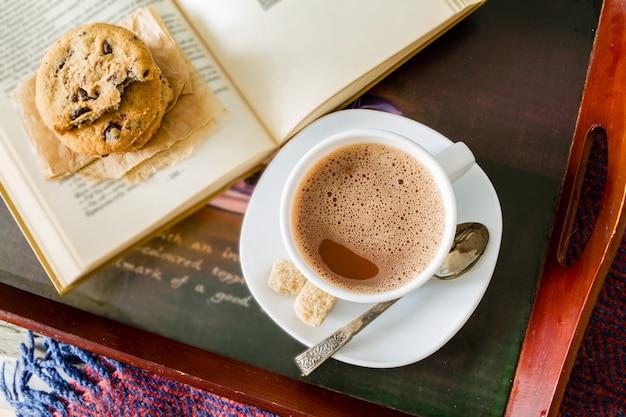 Estilo de vida de outono - biscoitos de chocolate quentes, livro de cobertor