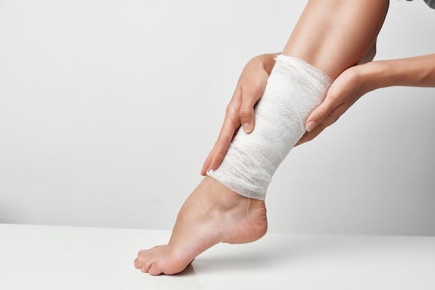 Estilo de vida de tratamento de saúde com ferimento na perna enfaixado