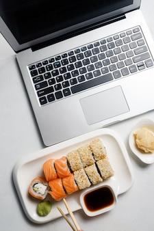 Estilo de vida do blogueiro de comida. redes sociais e conceito moderno de tecnologia