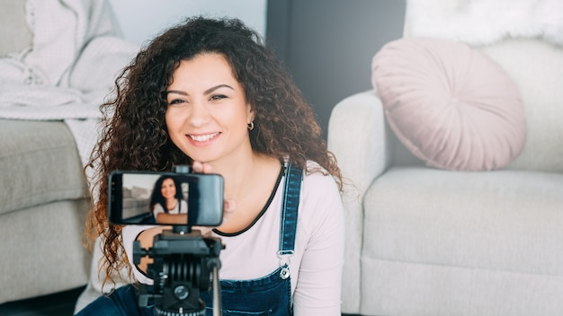 Estilo de vida do blogueiro. mulher transmitindo ao vivo de casa
