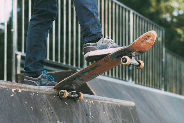 Estilo de vida do skate. esportes extremos. pés de homem no skate.