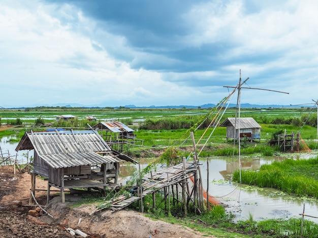 Estilo de vida dos pescadores no campo com velhas cabanas no lago songkhla, tailândia