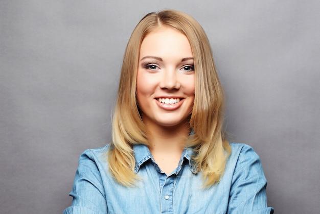 Estilo de vida e conceito de pessoas: jovem loira sorridente fofo