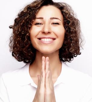 Estilo de vida e conceito de pessoas: jovem mulher feliz com cabelos cacheados