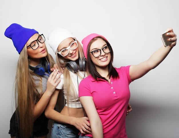 Estilo de vida e conceito de pessoas: melhores amigas de garotas hipster tirando selfie