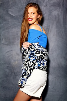 Estilo de vida engraçado glamour louco elegante sexy sorridente modelo mulher jovem e bonita loira em pano hipster de verão perto da parede cinza