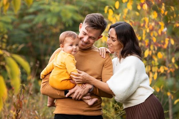 Estilo de vida familiar ao ar livre no outono