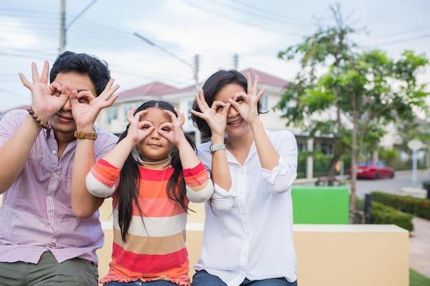 Estilo de vida familiar asiático sorrindo no jardim.