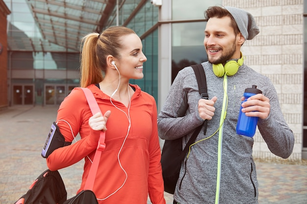 Estilo de vida fitness de jovem casal