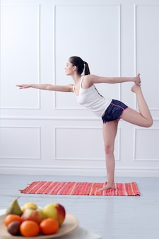 Estilo de vida. menina bonita durante exercícios de ioga