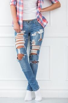 Estilo de vida. menina bonita em jeans