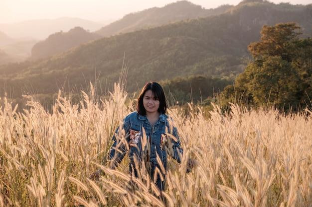 Estilo de vida mulheres bonitas em um prado e a luz do sol