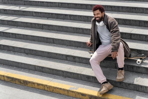 Estilo de vida na cidade com homem nas escadas