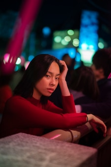 Estilo de vida noturno na cidade com jovem