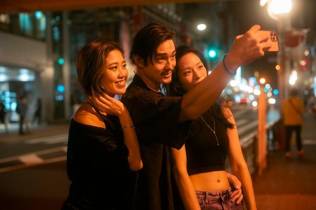 Estilo de vida noturno na cidade com jovens