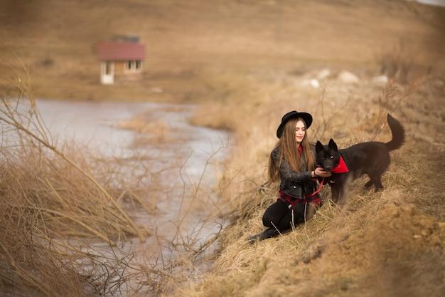 Estilo de vida, retrato, de, mulher jovem, em, chapéu preto, com, dela, cão