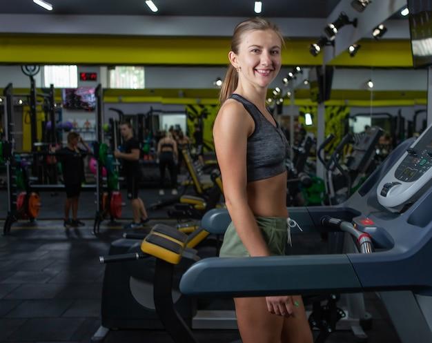 Estilo de vida saudável, conceito de aptidão. mulher correndo na esteira na academia