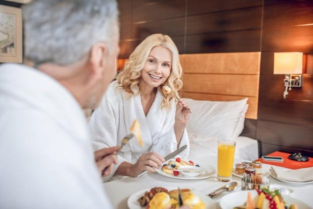 Estilo de vida saudável. duas pessoas tomando um bom café da manhã saudável juntas
