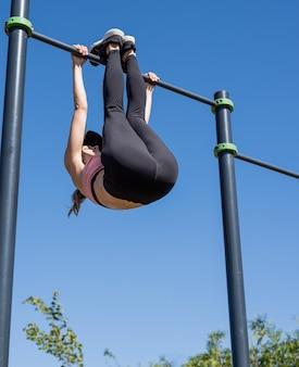 Estilo de vida saudável e ativo. esportes e condicionamento físico. mulher feliz em roupas esportivas, malhando na quadra de esportes em um dia ensolarado de verão, treinando seu abdômen