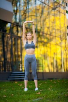 Estilo de vida saudável. mulher de fitness fazendo exercícios no ambiente da cidade.