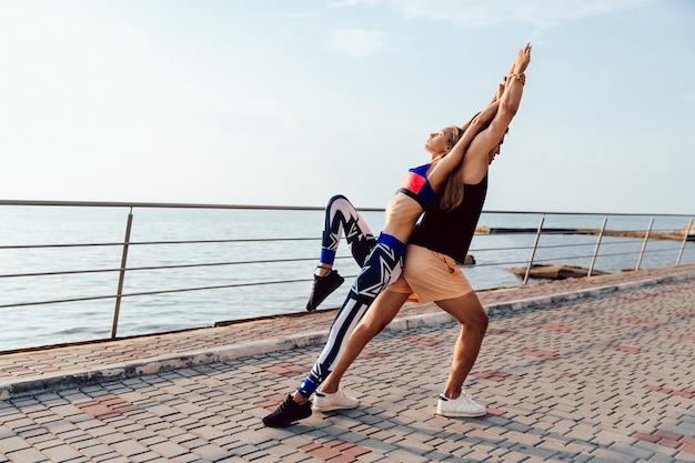 Estilo de vida saudável. mulher jovem, e, homem, fazendo, esportes, exercícios, para, corpo, junto